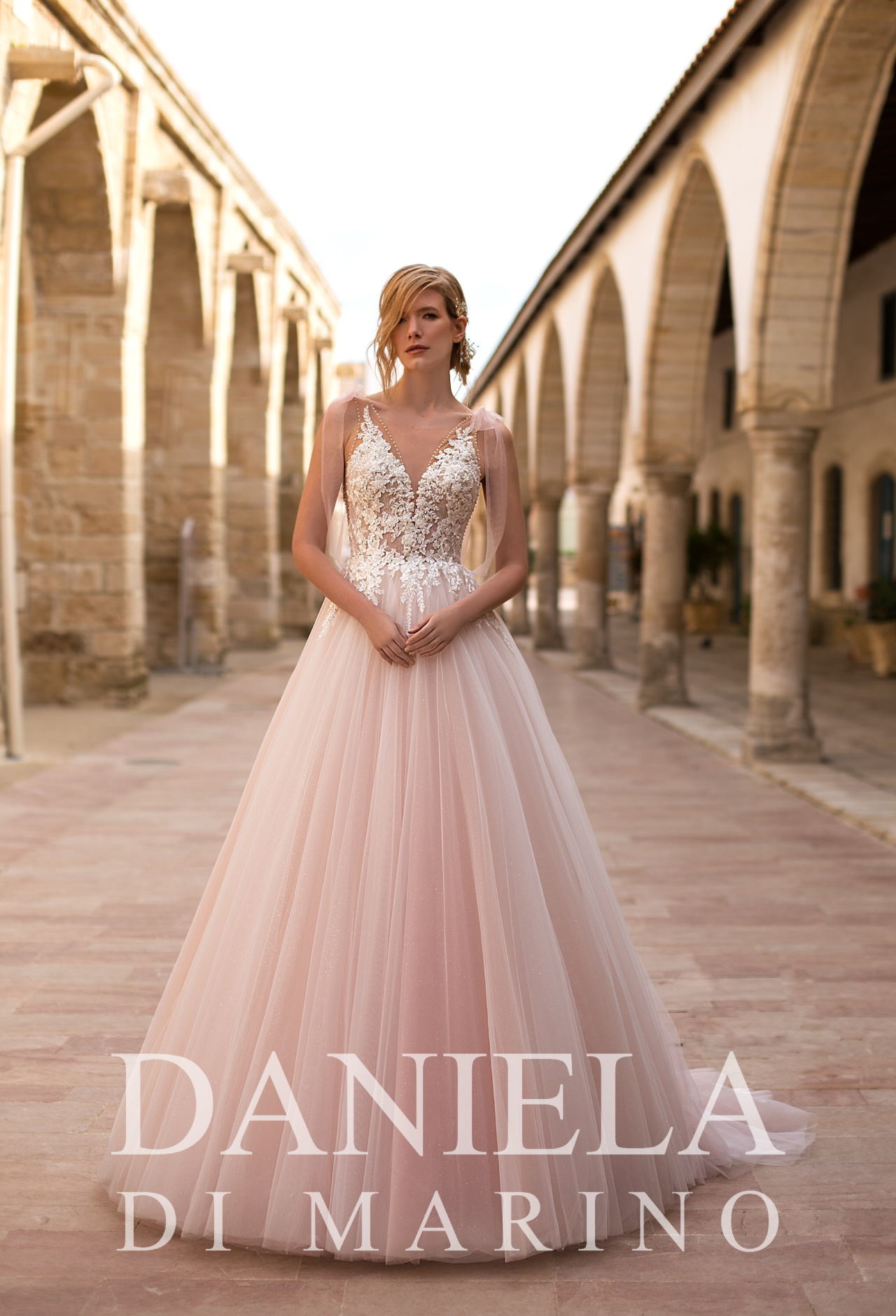 Abiti spose in pizzo Daniela Di Marino 2020 da Boutique Velo